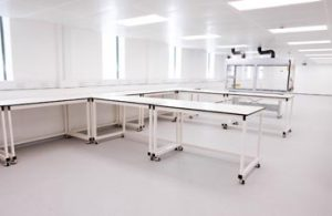 Mobile lab benches around perimeter with single peninsular layout